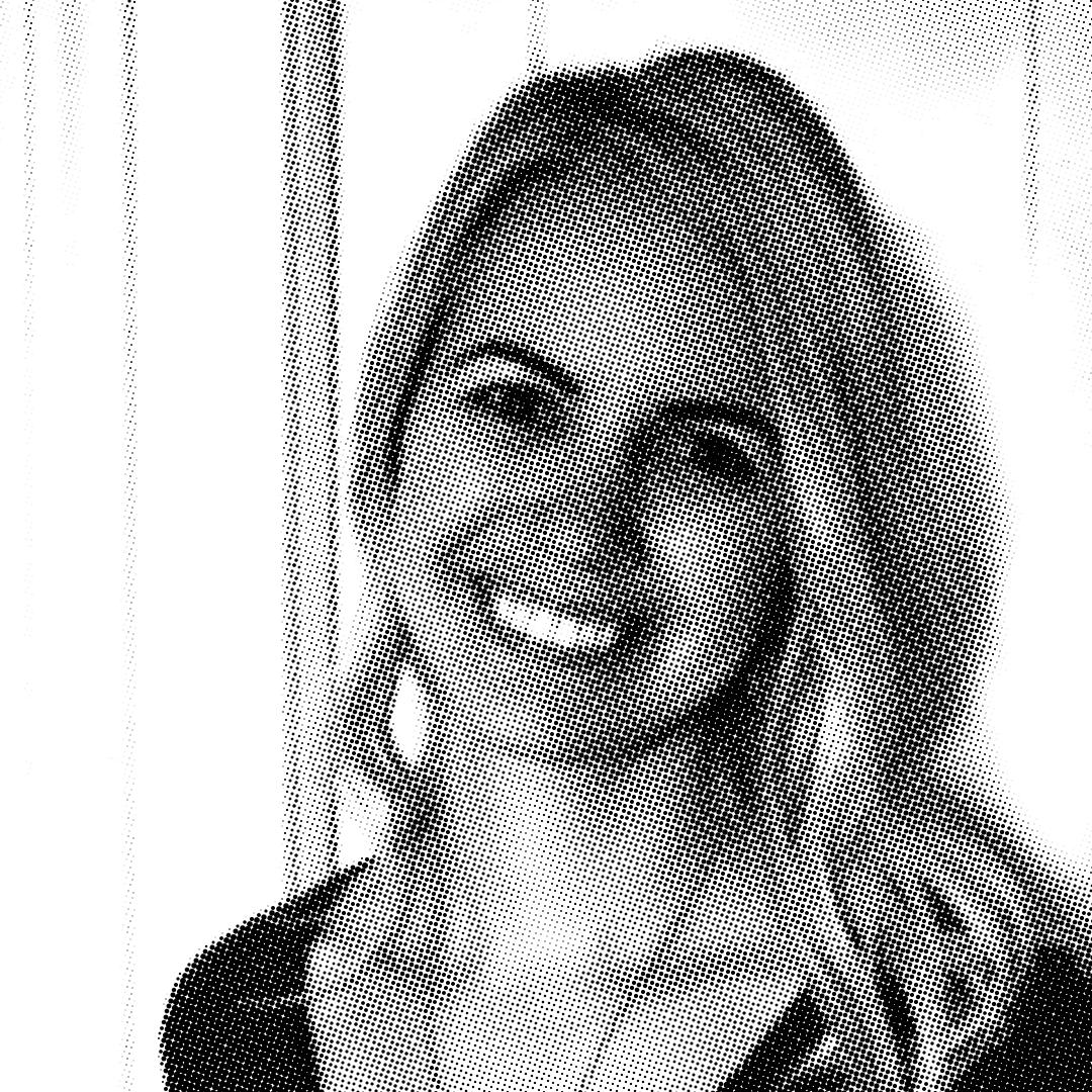 czarno-białe zdjęcie uśmiechniętej blondynki autorki Mary Haseltine