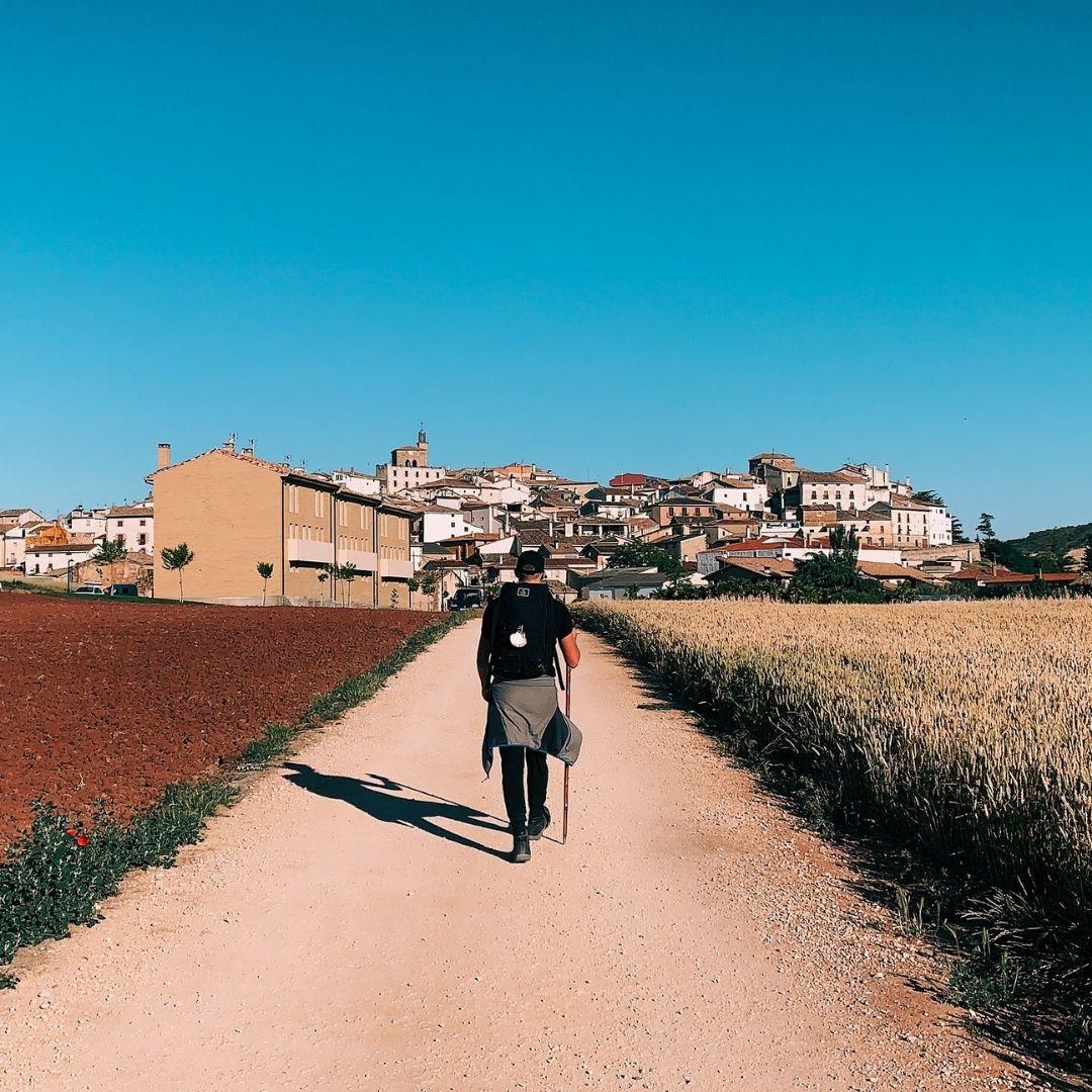 Camino de Santiago pielgrzym w drodze do Grobu Świętego Jakuba w Santiago de Compostela